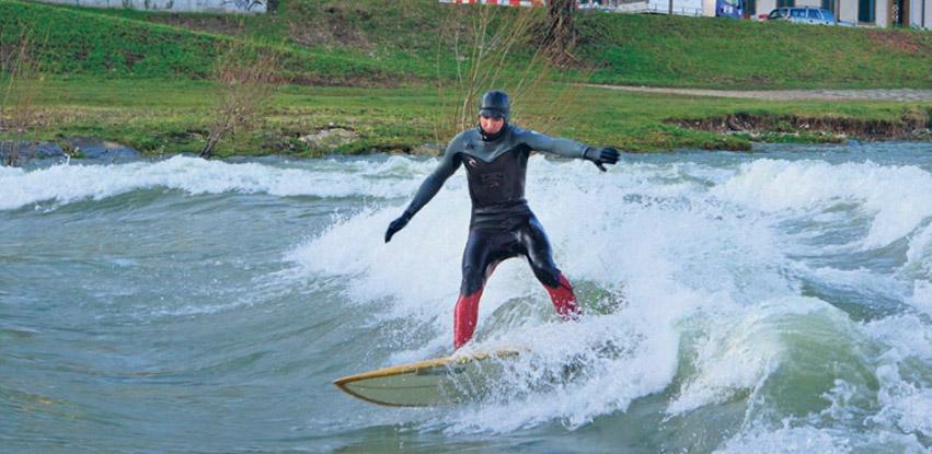 Welle lockt Surfer auf die Birs